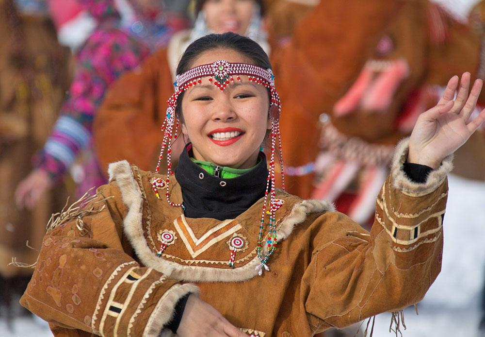 Secara tradisional, para musher dilepas untuk memulai perjalanan mereka dengan lagu-lagu dan tarian. Para pengendara anjing ini tidak hanya butuh keberuntungan, tetapi juga restu dari para dewa kuno Kamchatka.