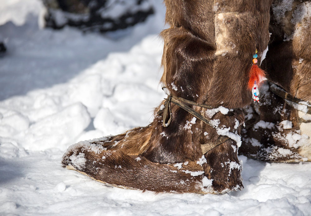 Beringia 2014 masih kental dengan nuansa lokal. Meski telah ada perlengkapan modern untuk kondisi ekstrem, banyak musher yang masih menggunakan pakaian tradisional malakhais (topi bulu dengan penutup telinga), kukhlyankas (kemeja kulit rusa) dan unts (sepatu bulu tinggi). Para peserta masih benar-benar memanfaatkan bulu rusa dengan cara tradisional.