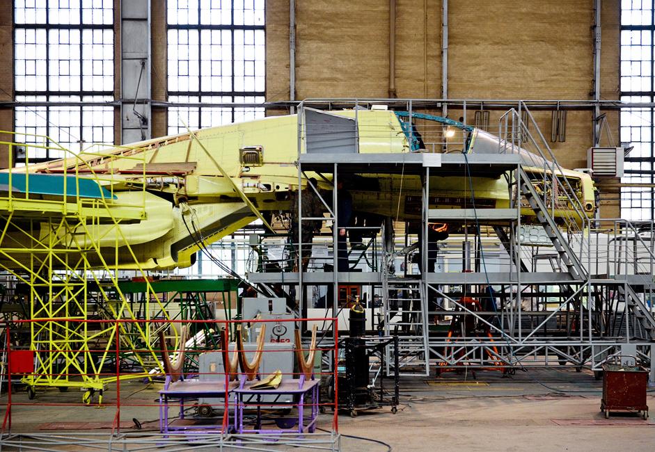 Kokpit pesawat dibuat menggunakan lapisan titanium setebal 17 milimeter. Service tank pesawat juga dilapisi titanium.