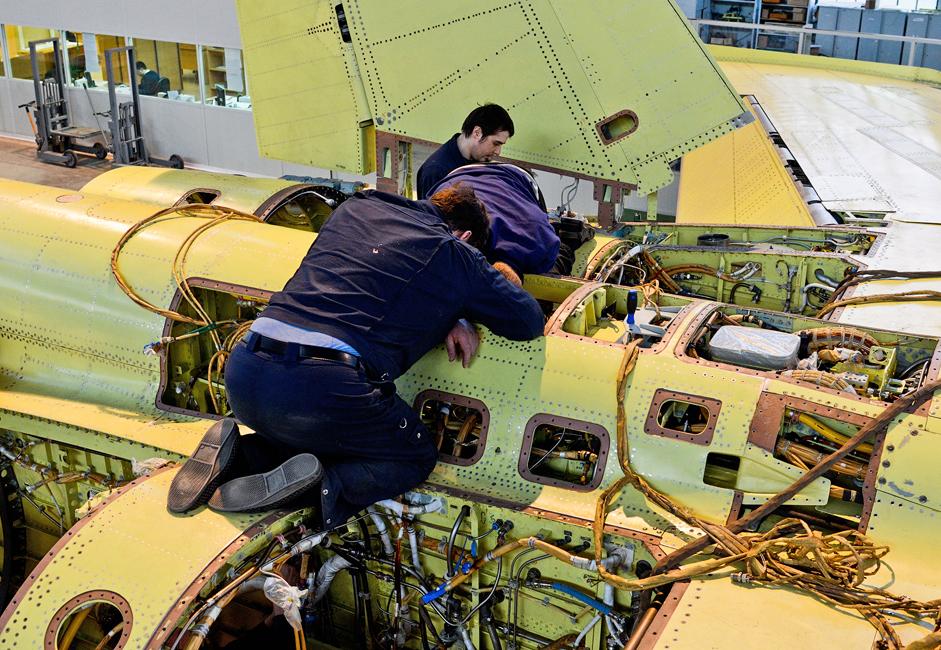 """Setelah badan pesawat siap, perakit sistem dan peralatan baru akan bekerja. Pesawat ini menjadi """"benda hidup"""" di tangan mereka dengan memasangkan semua sistem yang diperlukan."""