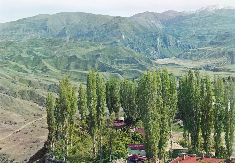 Von 1860 an unterstand Dagestan einer doppelten Regierung – durch Einheimische und die Gendarmerie des Zaren. Nach der Revolution von 1917 wurde Dagestan Teil der UdSSR, 1921 als Autonome Sozialistische Republik./ Dagestan. Dorf Werchnii Gunib