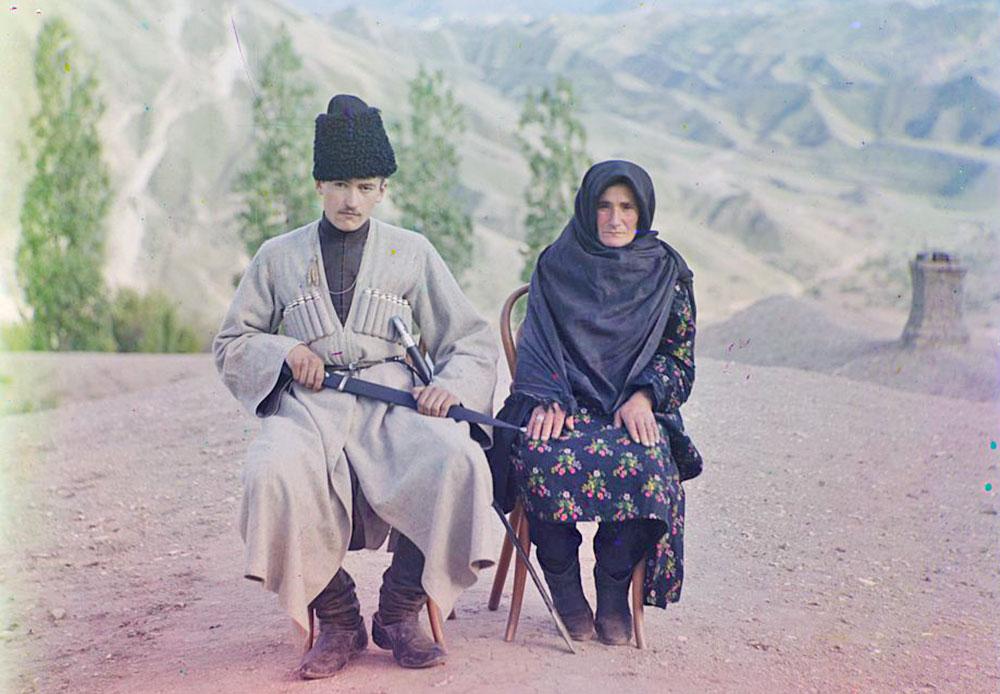 Ein Mann und eine Frau in traditioneller Kleidung posieren für eine Porträtaufnahme in der Bergregion von Gunib am Nordhang des Kaukasus. Gunib ist heute Teil der Republik Dagestan.