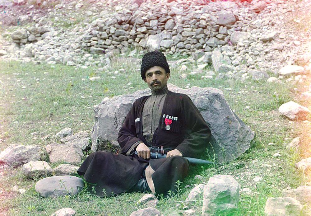 Dagestan ist von verschiedenen Volksgruppen besiedelt, unter anderem von Awaren, Lesgiern, Nogaiern, Kumyken und Tabassaranen. Ein sunnitischer Muslim unbekannter Ethnizität ist hier in traditioneller Kleidung und Kopfbedeckung und einem Dolch in einer Scheide zu sehen.