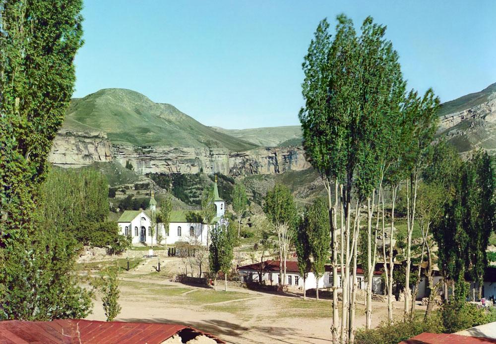 Gastfreundschaft ist im Kaukasus eine heilige Tradition; die üppigen Mahlzeiten und die Herzlichkeit der Menschen machen diese Region für Reisende zu einem außerordentlichen Erlebnis. / Dorf Nischnii Gunib in Dagestan