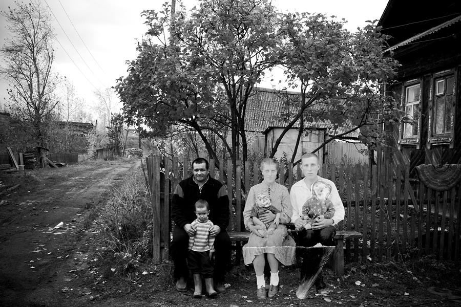 """За този проект фотографът Сергей Потеряев използва свои снимки и намерени архивни фотографии на местни жители. """"Използвах монтаж, за да разбера, дали има паралели между живота на тези хора тогава и сега"""", казва той."""