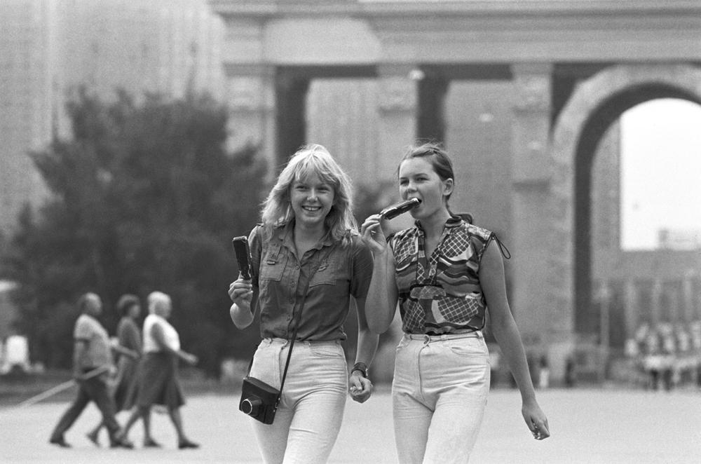 Junge Frauen während eines Besuchs der Allunionsausstellung, 1981