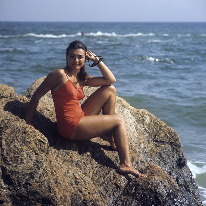 Eine junge Frau am Strand in Odessa, 1971