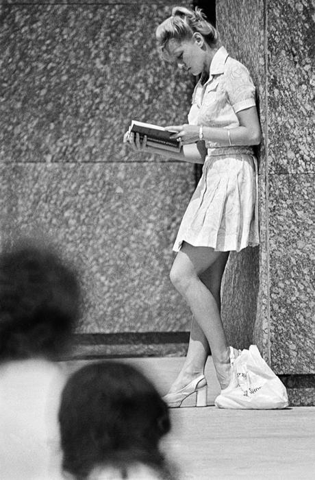 La tenista soviética Marina Króshina estudiando para sus exámenes del instituto, 1976