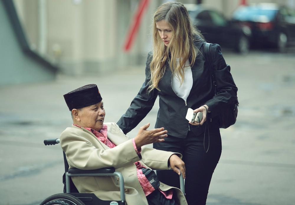 Seorang kakek yang telah lama tinggal di Rusia bersama seorang perempuan yang merupakan salah satu anggota keluarganya di Rusia.