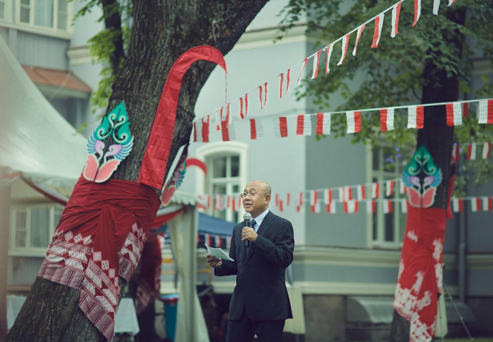 Aji Surya, penulis Segenggam Cinta dari Moskwa yang sekaligus pernah bekerja di KBRI di Moskow juga turut hadir dalam peringatan HUT RI ke-69 di Moskow.