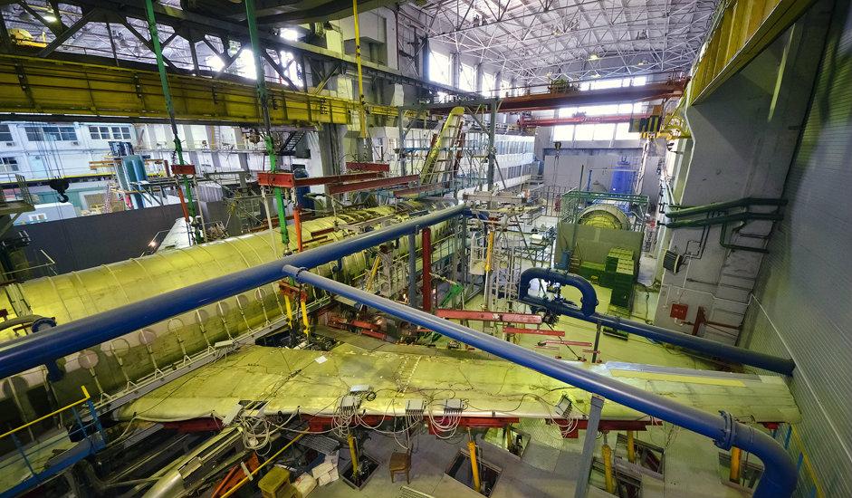 """1/10. Сибирски научно-истраживачки институт авијације """"С.А. Чаплигин"""" (СибНИА) налази се у Новосибирску и представља највећи ваздухопловни истраживачки центар у источном делу Русије. У њему се спроводе истраживања у области аеродинамике и чврстоће структуре летелица, као тестирање ваздухоплова."""