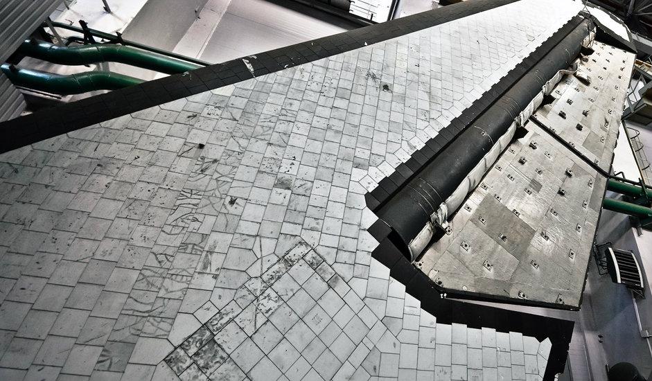 """5/10. Верикални стабилизатор космичког брода """"Буран"""". Институт СибНИА развио је технологију која омогућава загревање и хлађење конструкције до одговарајуће температуре. Оплата кабине """"Бурана"""" може да издржи температуре и до 1200 степени Целзијуса."""