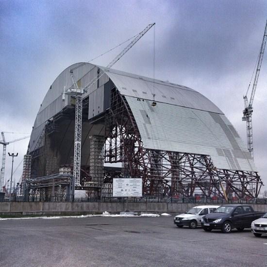 """10/15. Посетиоци """"саркофагу"""" реактора могу прићи само до удаљености од 200 m. На слици: нови саркофаг који се треба да замени стари, већ дотрајали штит."""