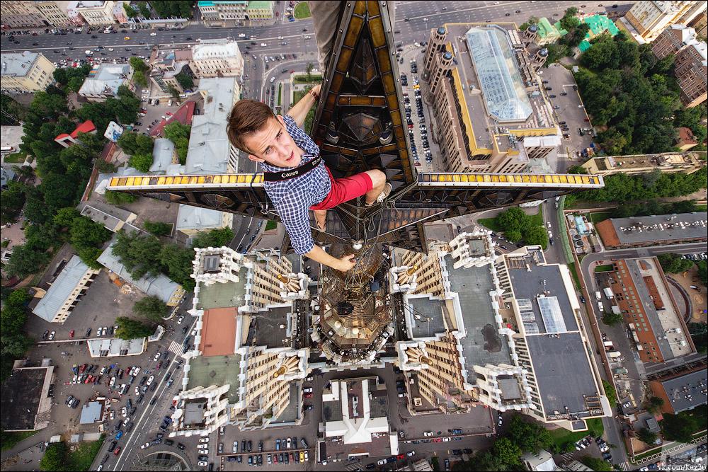 「ベスト・オブ・ロシア」で最も大規模で特筆すべき部門は、「人々・出来事・日常」である。興味深い写真が数多く、これらの写真を「人生を変える経験」と名付けた。スターリン・ゴシック様式の高層ビルの頂点にいる屋根職人、モスクワ。