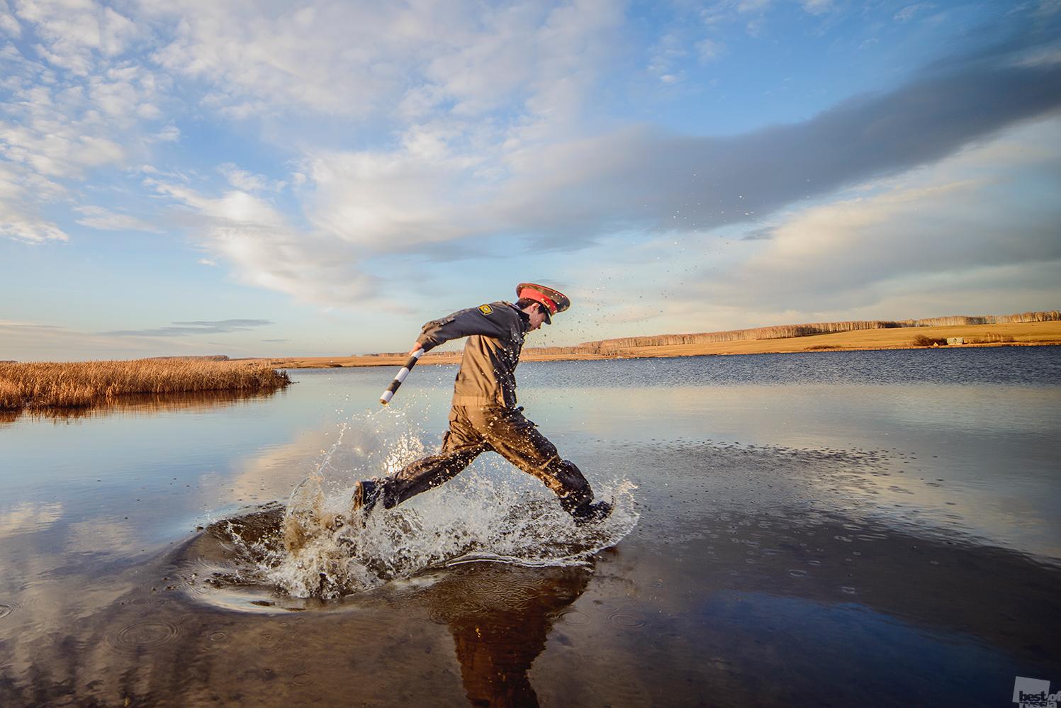 曇りガラスを運ぶ船を止める為に川を走るクルガンの警察官。クルガン州、シャドリンスク