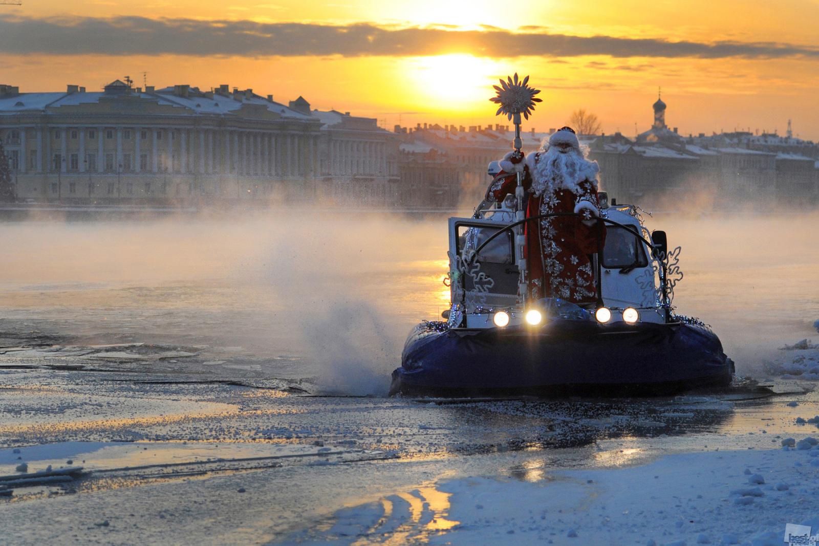 大晦日、雪に覆われたネヴァ川を超えてサンクトペテルブルクにやってくるヴェリーキー・ウスチュグのマロースじいさん(ロシア版サンタクロース)。