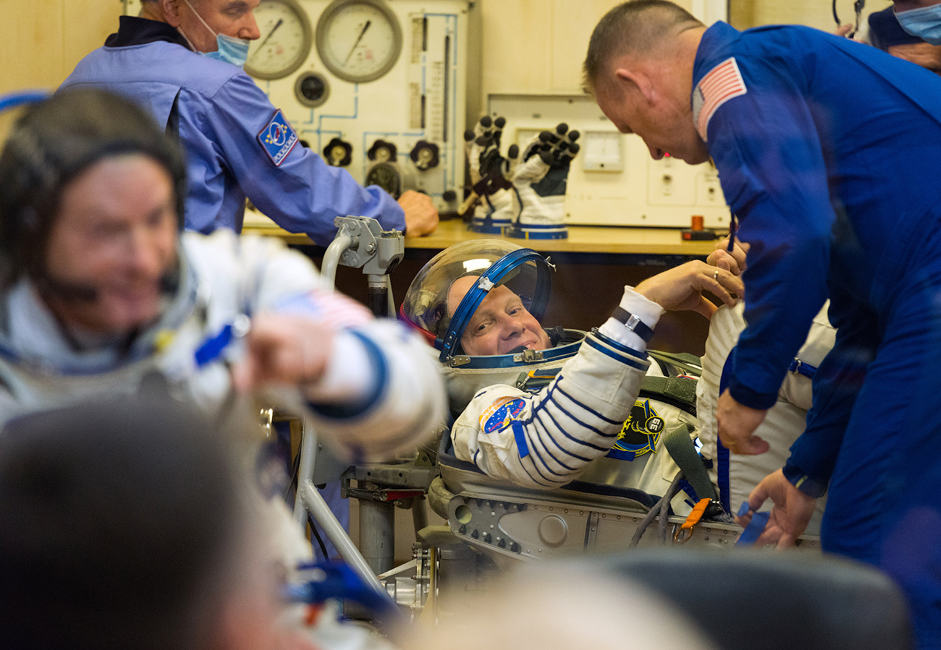 The test pilot and cosmonaut Oleg Artyomov checks that his space suit is hermetically sealed. He repeatedly took part in test flights for the Mars-500 program.