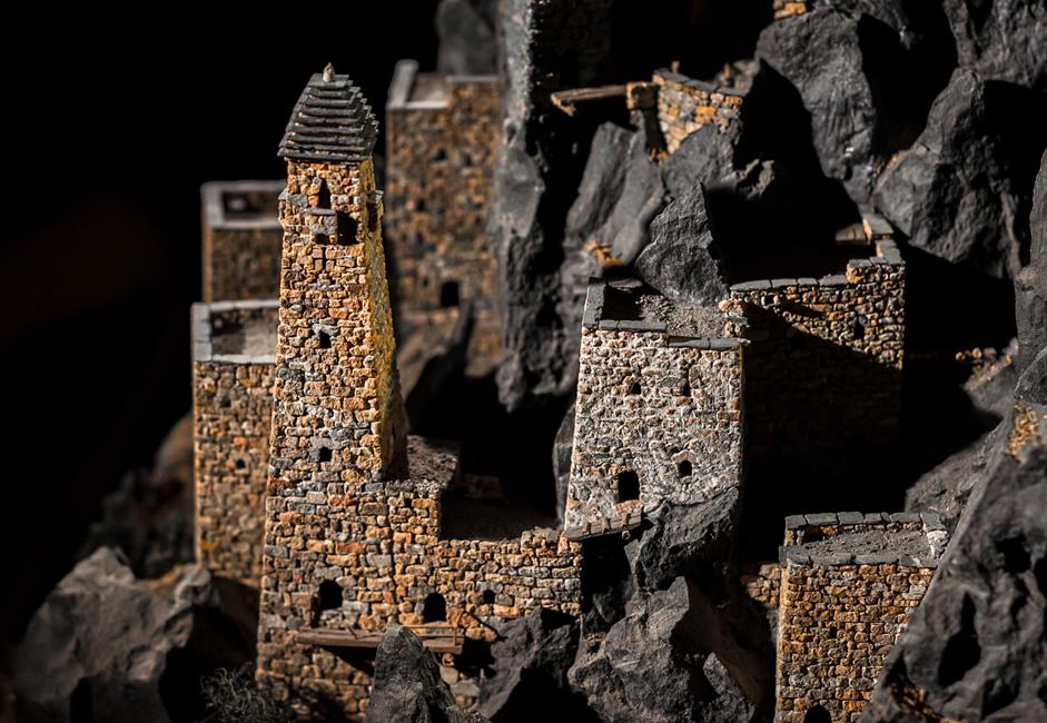 すべてのモデルが既存のタワー構造を再現しているわけではない。その多くはマゴメド=バシールさんの想像によるものだ。 新たなプロジェクトを手がける前に、彼は邪魔をされることのないカフカース山脈で散歩をし、この地からアイディアと刺激を得ている。