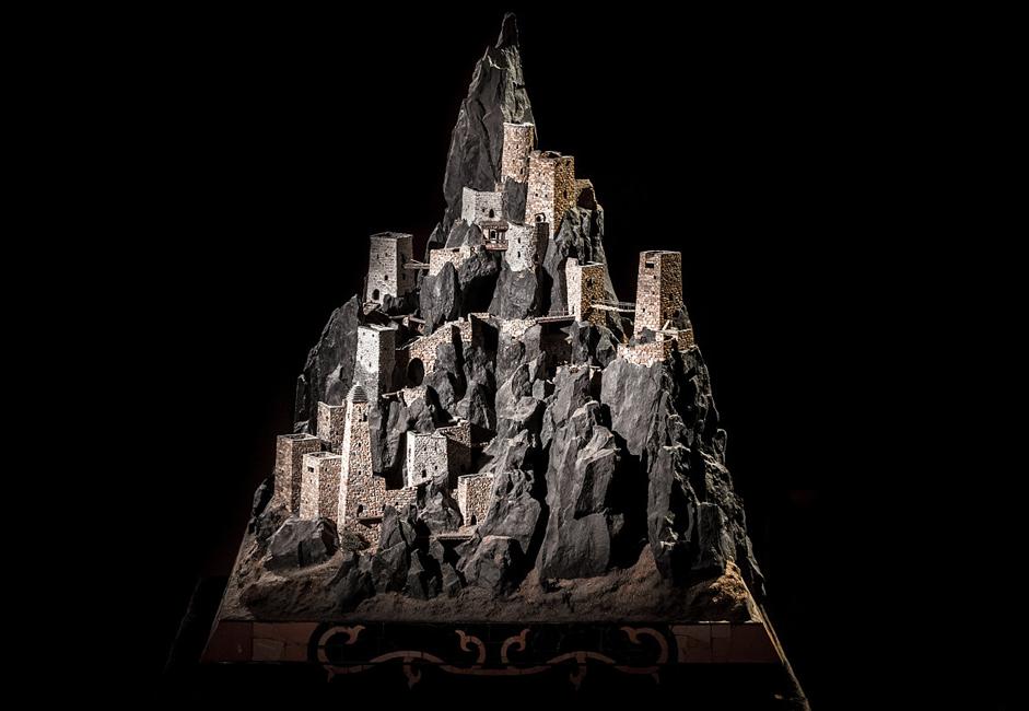 ヴォヴヌシュキという、イングーシ共和国の南部に位置する塔状の集落は、オズドエフ家の先祖代々の住居だった。 これらの住居は、マゴメド=バシールさんにとって特別の思い入れがあるが、それは彼がその模型を6つ製作したことからも見て取れる。