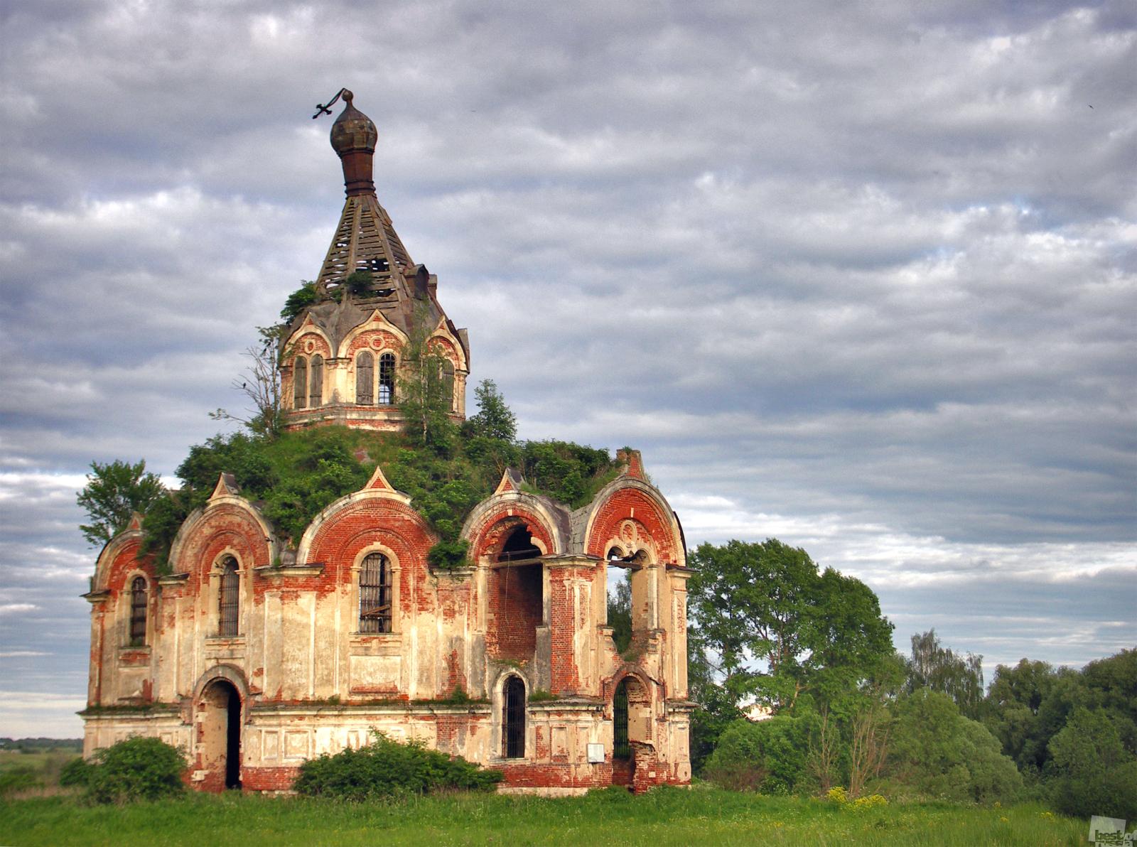 Manche architektonischen Objekte fügen sich harmonisch in die Landschaft. // An vielen Orten in Zentralrussland gab es einmal sehr große Dörfer. Die Bauernhäuser und ihre Bewohner sind wieder zu Erde geworden. Die Kirchen erinnern noch daran, wie viele Menschen einmal in dieser Region gelebt haben. Ein Flussbogen. Gebiet Twer