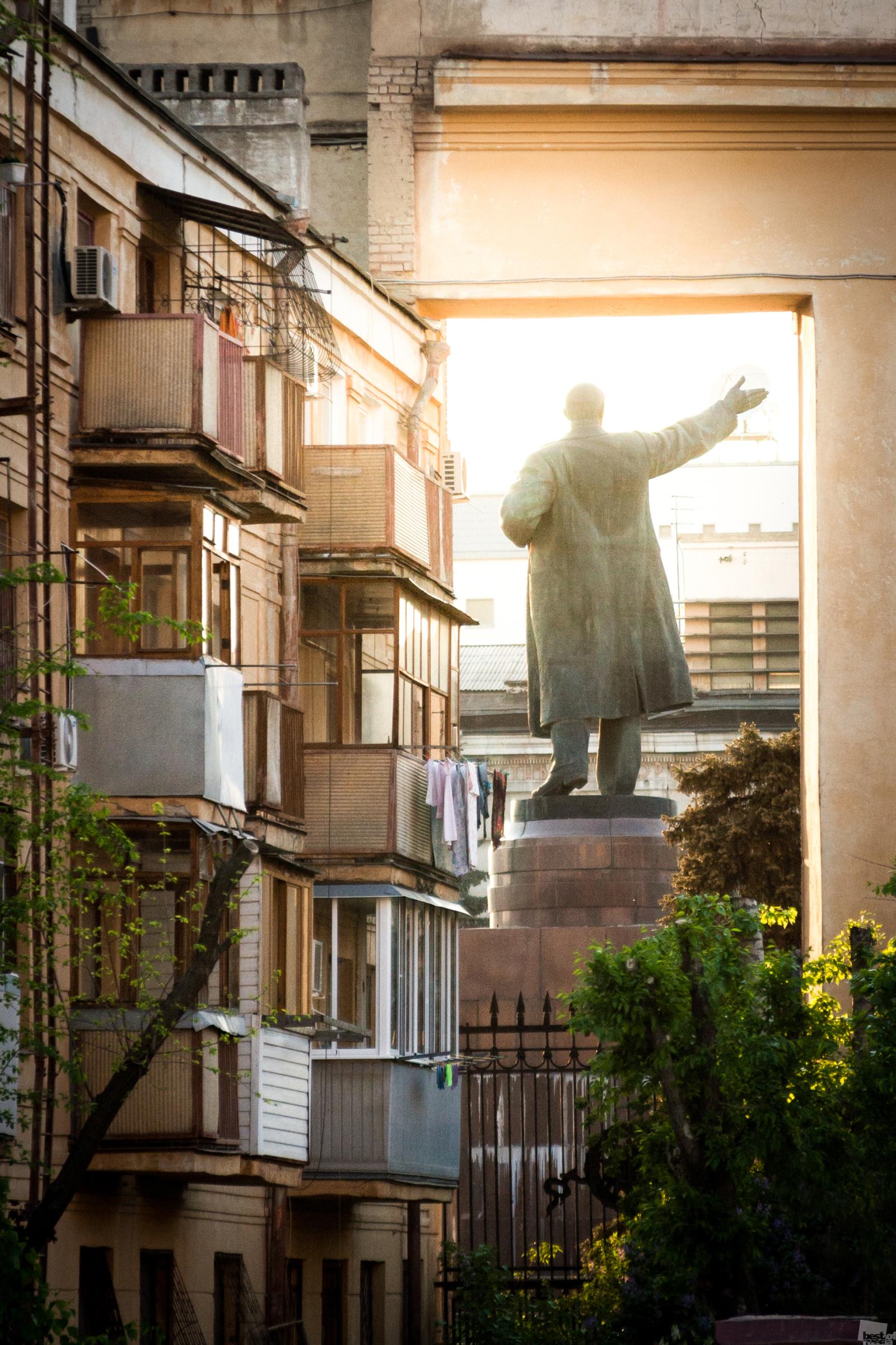 Und trotz des Strebens nach Fortschritt begegnet einem die Vergangenheit auf Schritt und Tritt // Lenin grüßt, Wolgograd