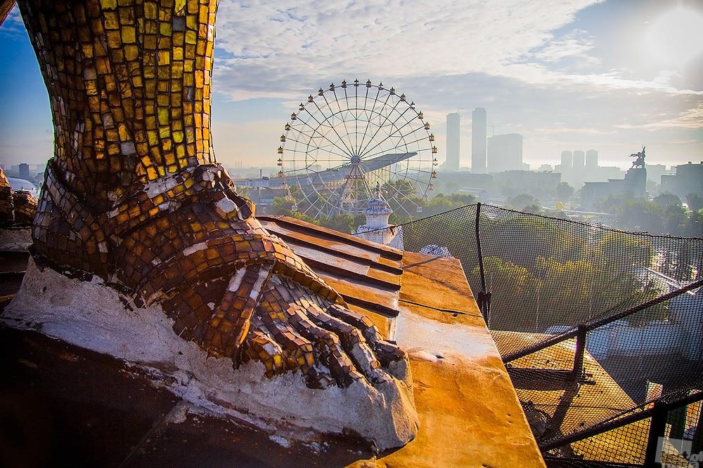 """Der Blick von oben ist übrigens fast immer der beste // Ein riesiges Bein der Plastik """"Arbeiter und Kolchosbäuerin"""", die auf der Spitze des Bogens über dem Haupteingang zum Allrussischen Ausstellungszentrum in Moskau thront"""