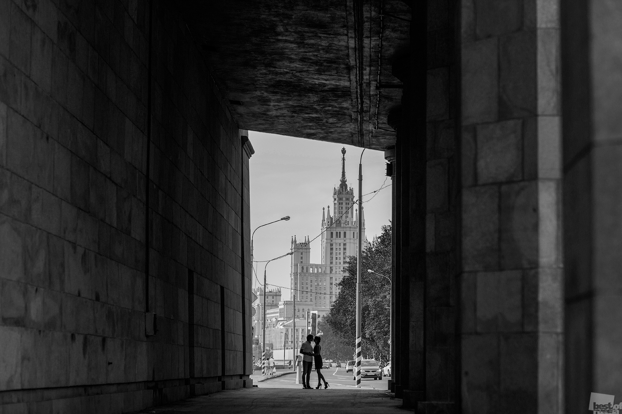 Die Wahrnehmung architektonischer Strukturen hängt weitgehend von ihrer Beleuchtung und der Umgebung ab. Die selben Gebäude können aussehen wie verwunschene Paläste // Ein Paar, Moskau
