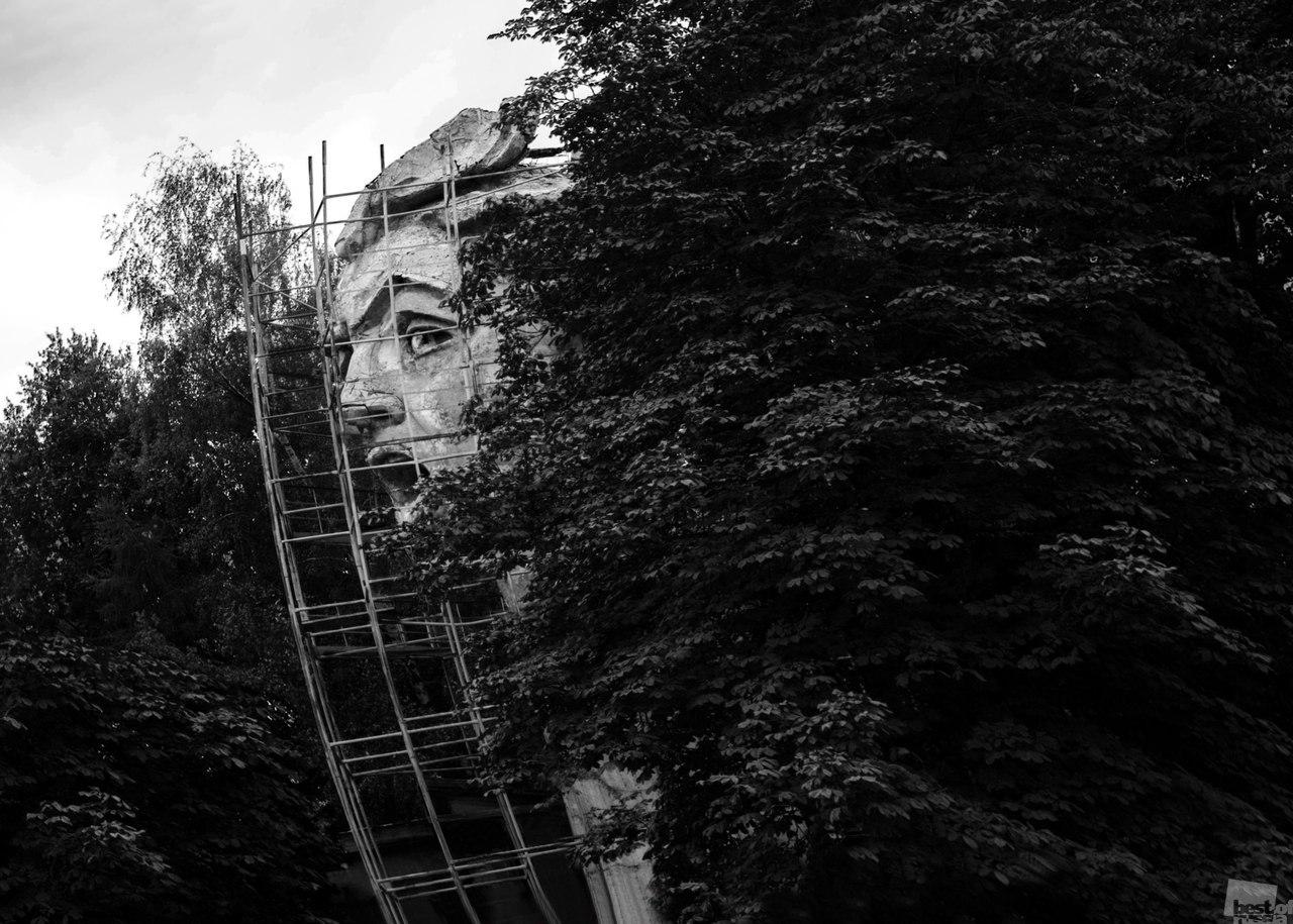 """Die bunte Mischung architektonischer Stile in den Metropolen lässt manch einen den Kopf verlieren // Kopf der Mutter-Heimat-Statue"""" im Innenhof des Wohnhauses und der Werkstatt ihres Bildhauers Jewgeni Wutschetitsch, Moskau"""