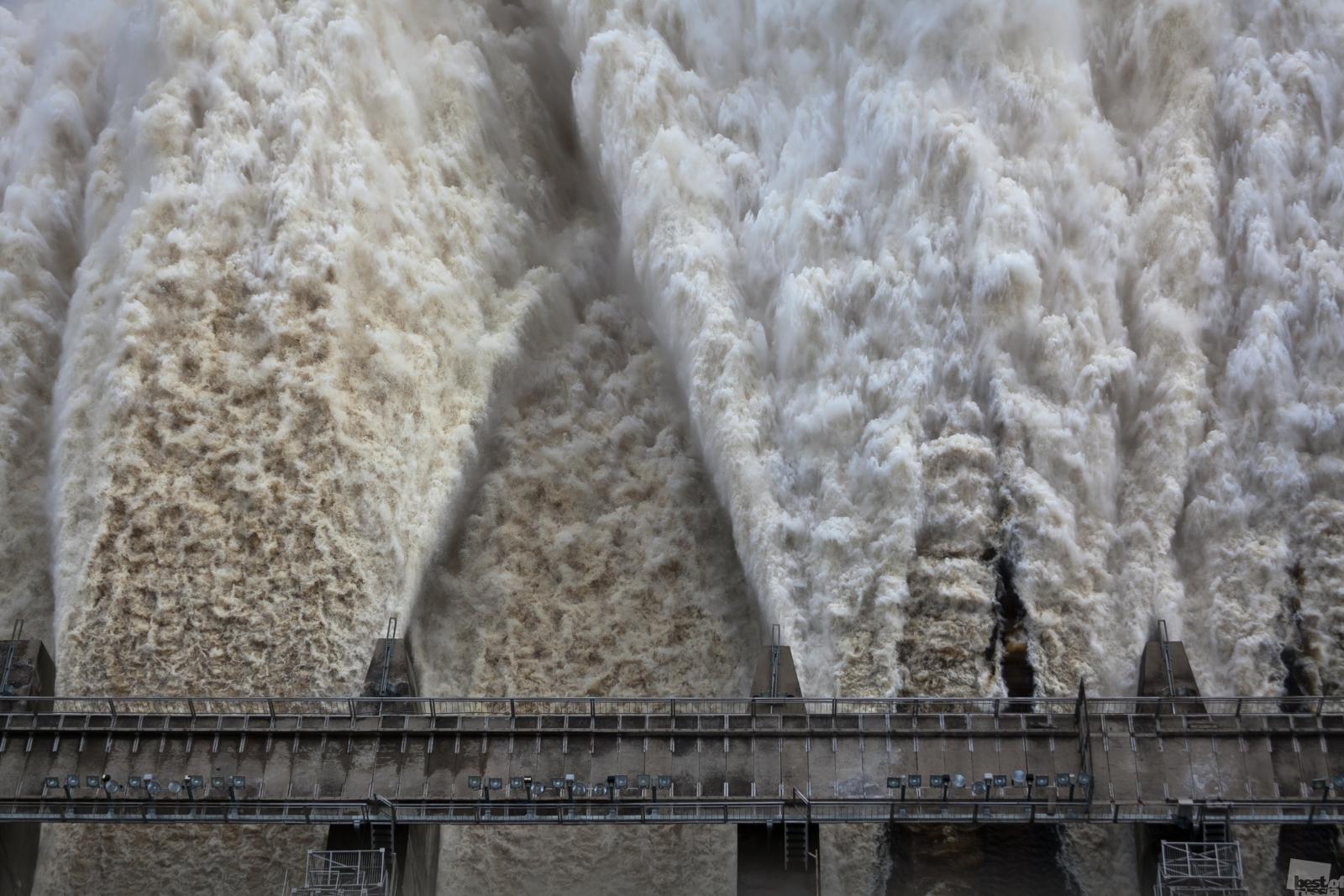 """RBTH präsentiert die Arbeiten der Finalisten von Russlands größtem Fotowettbewerb """"The Best of Russia 2013"""". Hier eine Auswahl aus der Rubrik 'Natur'. // Wasserfreisetzung am Sejskaja- Wasserkraftwerk während des Hochwassers in der Region Amur."""