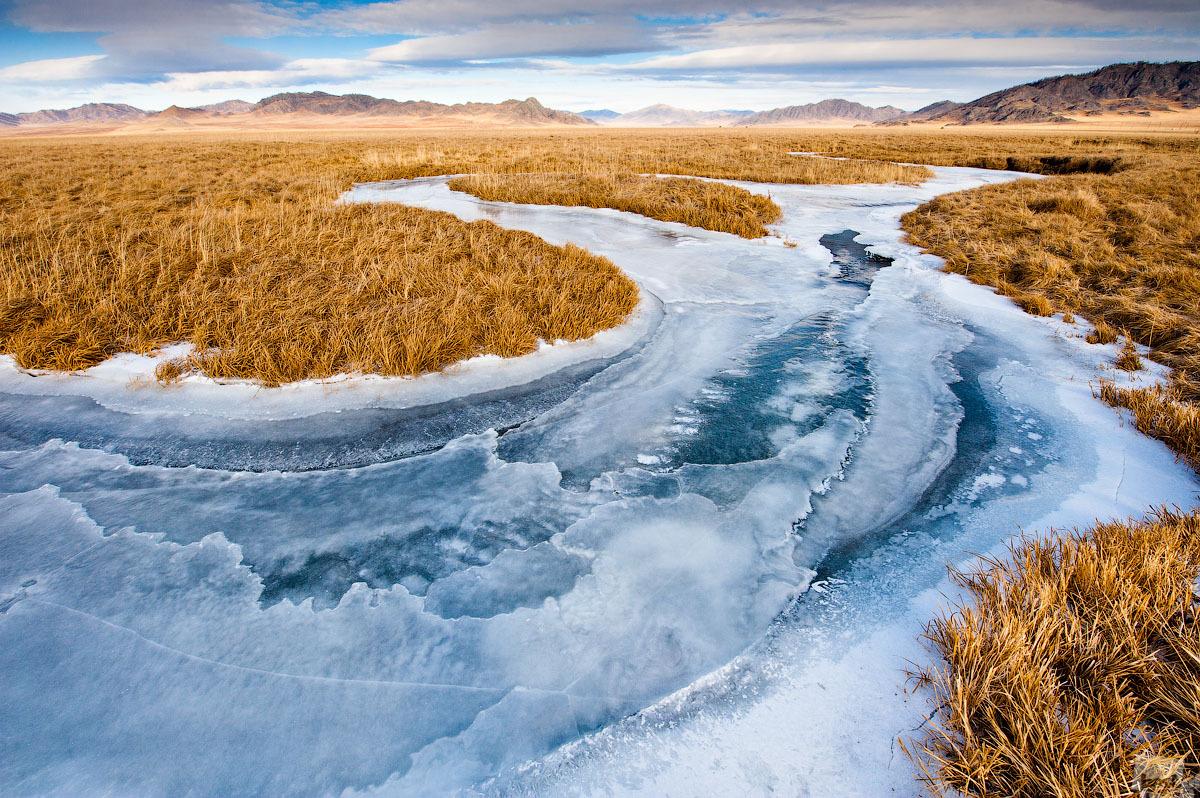 Der zugefrorene Fluss Kan schneidet sich in Eisadern seinen Weg durch die Steppe. Ust-Kan, Altai