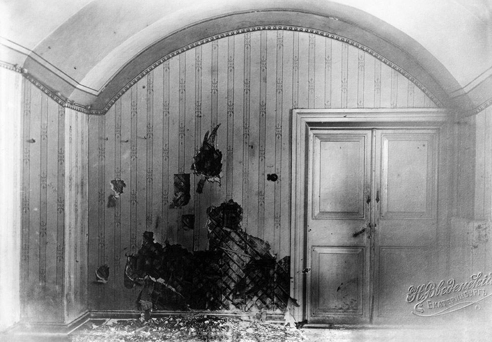 Shytov is in possession of some artifacts left behind after the destruction of Ipatiev House: bronze handles, strips of wallpaper, brass oven doors... They are now on display in the Romanov Memorial Museum in Yekaterinburg. \ Ipatiev House. View of the south-east side of the basement. 1977. Photo by V. Shytov