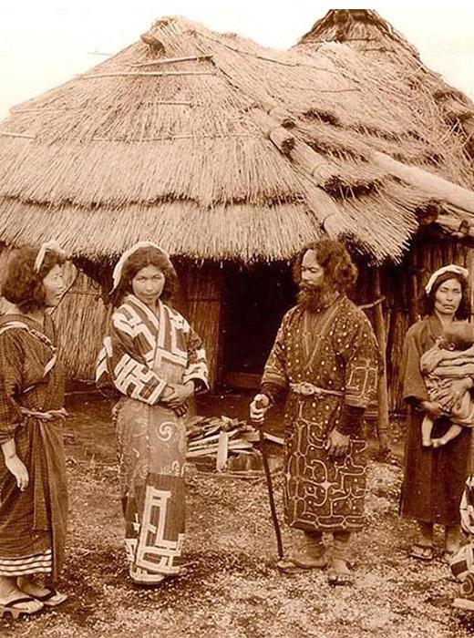 Les Aïnous sont un peuple ancien qui vivait en Russie et au Japon ; ils sont apparus environ 13000 ans avant notre ère. Les femmes ornaient leur visage et leurs bras de tatouages étranges.
