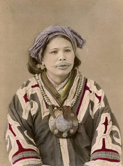 Malgré cette interdiction, beaucoup continuèrent de suivre leurs coutumes ancestrales.