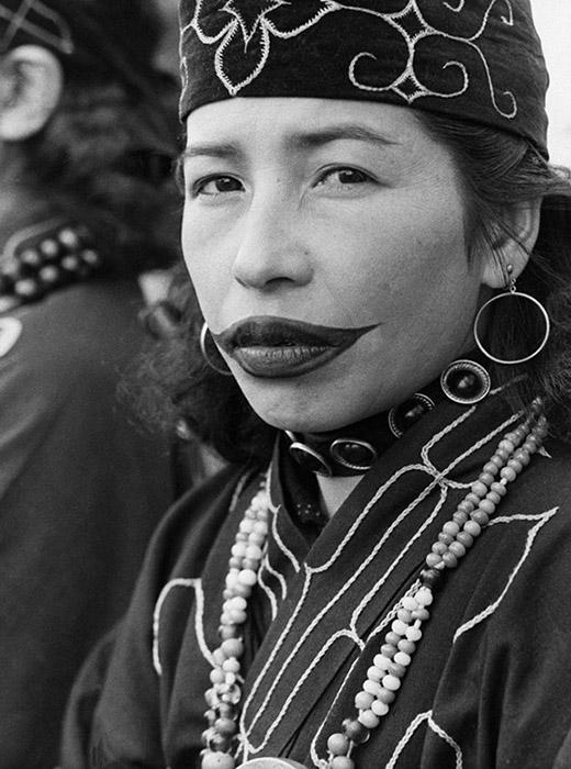 今日、アイヌ族の女性の中にはお祭りや儀式の際に一時的な入れ墨をつける人がいる。