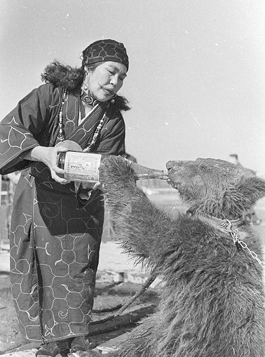 La religion traditionnelle des Aïnous a elle aussi quasiment disparu - il ne subsiste que les cérémonies de vénération des ours, et c'est en grande partie une attraction touristique.