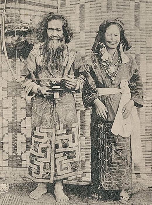 アイヌ族は北海道のほか、サハリン(樺太)の南半分、クリル列島(千島列島)、カムチャツカ半島の南3分の1、アムール川河口付近などのロシア東部の各地にも居住していた。