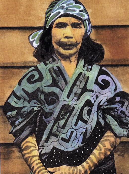 この民族に独特の特徴は、唇と、手からひじまでの部分の腕にされた入れ墨である。