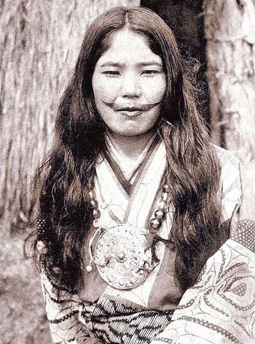 また、入れ墨をしていたのは女性のみだった。特別な儀式用ナイフによって彫り込みを入れ、そこに木炭をすりこむことで入れ墨がされた。