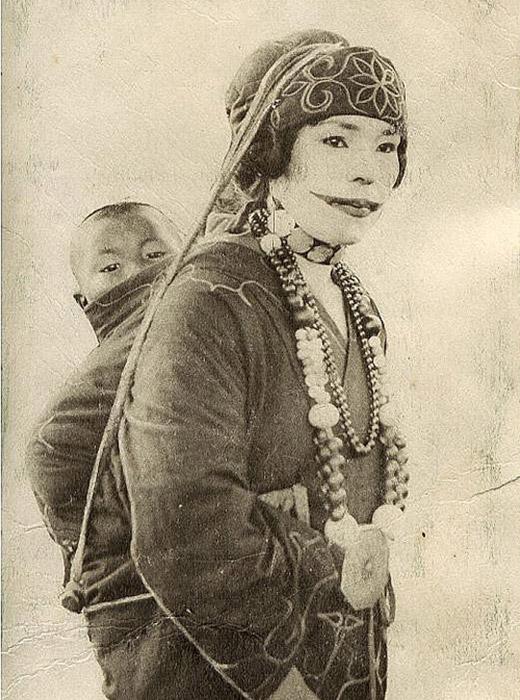 Les femmes Aïnous portaient également divers tatouages entre les doigts. Tout comme pour d'autre peuples, de nombreux tatouages symbolisaient la résistance et la fécondité d'une femme.