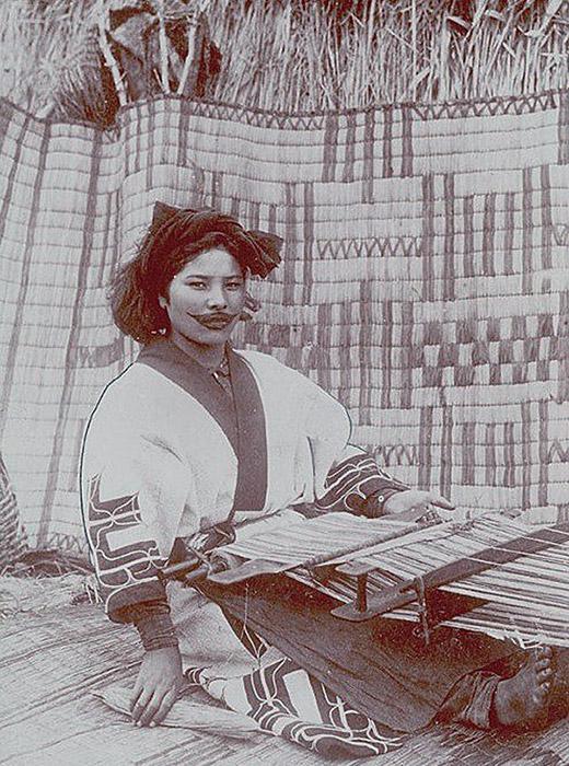 中世以降、日本ではアイヌは蝦夷と呼ばれた。「蝦夷地」が日本に征服されていくと、アイヌ人は反乱を組織したが、弾圧された。その後、地元住民を同化する取り組みが実施された。地元住民には日本人の身分が与えられ、日本の習慣が強要された。一方で伝統的な入れ墨、服装、宗教やいけにえの儀式は禁止された。