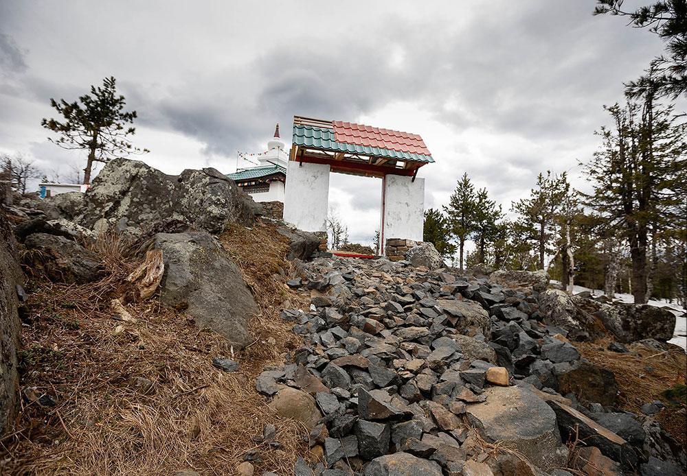 この山は、私有会社の所有地内にあり、山へのアクセスは制限されている。この僧院は私有地に建てられているため、いつでも撤去されるおそれがある。