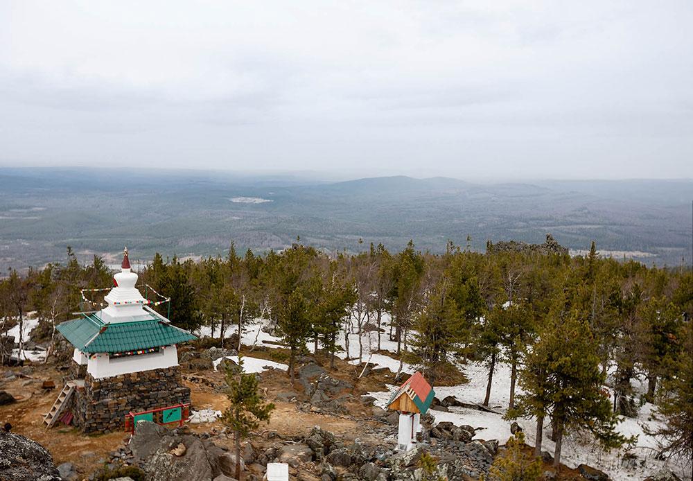 工場が建てられた盆地は当初、この山から離れたところにあり、そこはテクノロジー区域に指定されていなかった。地元住民はここにリラックスしに来た。現在は観光客のグループがこの地域の山道を歩きに来る。ソ連時代には僧院はなかった。最初に山道を整備するというアイデアは、1995年に発想された。