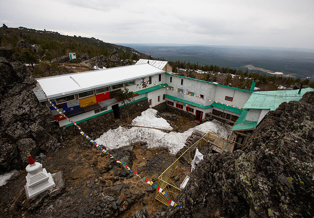 この僧院は「シェー・チュップ・リン」と名付けられた。この名前は、「実践と悟りの場所」(または「学習と実践の場所」)という意味である。この僧院の建立はテンジン・ドクチトにより1995年5月15日に開始され、最初の数年間は彼が1人で作業を行っていた。最初の建物はほぼ全体が木造になっている。1998年に発生した火災により、それまでに建てられた建造物が全焼した。ラマと少人数の学生グループは、何もかもを一からやり直さなければならなかった。