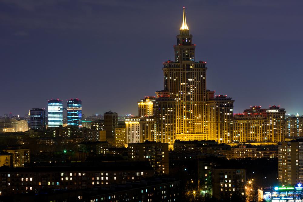 """モスクワは、世界有数の""""高嶺の""""都市である。高層高級住宅を見れば、何故不動産価格が高騰しているのか良く分かる。 ヨーロッパで最も背の高いタワーマンションであるトライアンフ・パレスは264.1メートルである。45階建てのこのビルは、11階から38階が住居となっている。最上階の3フロアには同名のホテルがあり、モスクワとヨーロッパで最も高い所にあるホテルである。"""