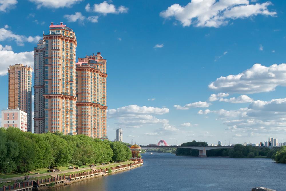 「スカーレット・セイルズ(真紅の帆)」高層住宅はまだ未完成である。5棟あるマンションのうち、1棟目は2003年に建設され、残りは2015年に完成する予定である。この物件の売りは、モスクワ川沿いにある絶好の立地条件である。プライベートのヨット・クラブもついている。