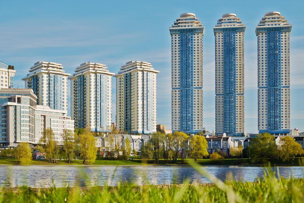 「雀が丘」集合住宅は7棟からなり、最も高層なものは188.2メートルの高さを誇り、48階建てである。このような住宅の購入価格は1平米あたり約2万ドル(約200万円)であると予想される。