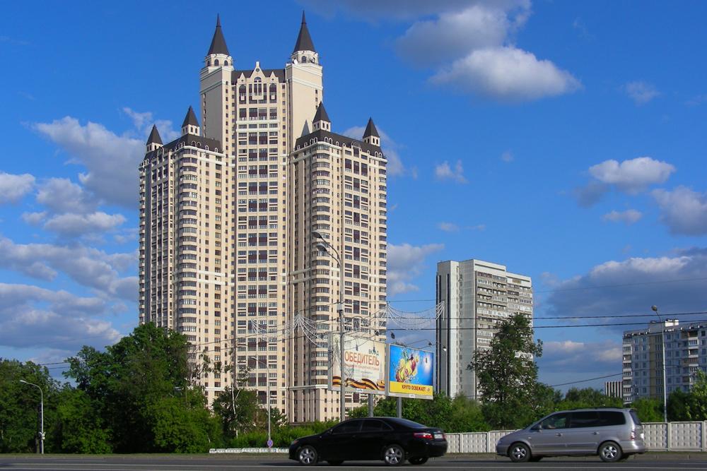 エーデルワイス集合住宅は43階建てで337戸ある。敷地内にはアクアパーク、バー、レストラン、スーパー、美容院、ジムなどがあり、充実したアメニティを誇る。