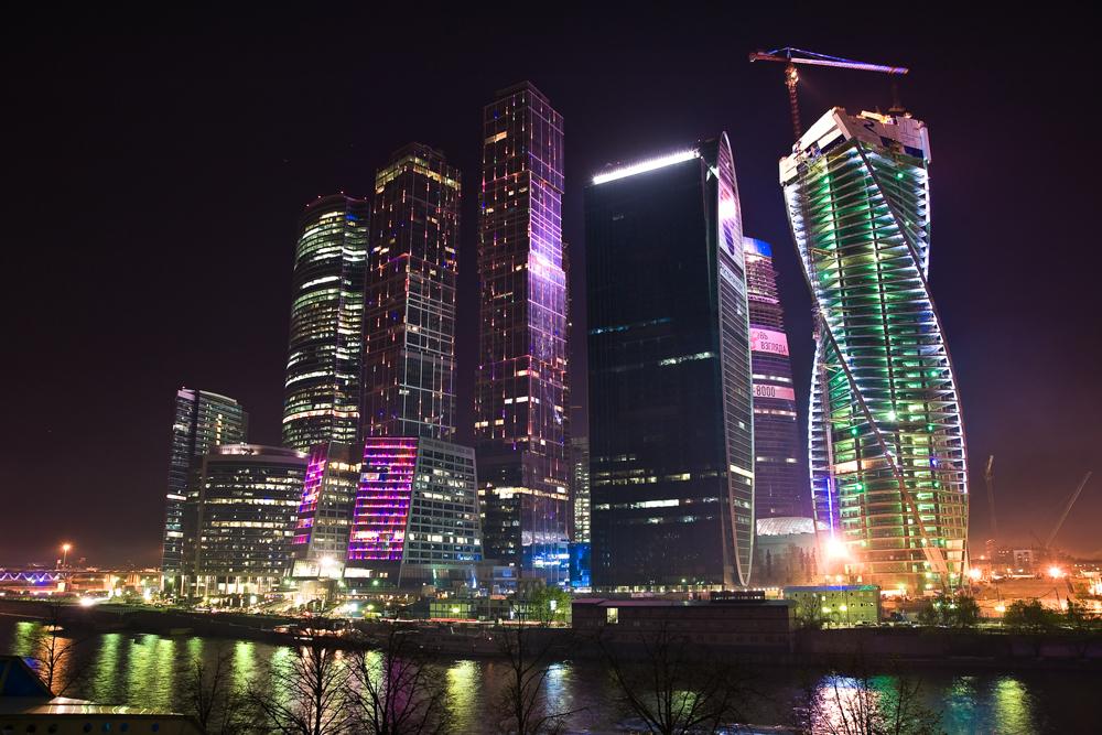モスクワ市ビジネス・センターの中で、シティ・オブ・キャピタルズ集合住宅はひと際目立つ。集合住宅は二棟のタワーマンション(73階建てのモスクワと62階建てのサンクトペテルブルク)からなり、この二つのビルが共有する低層階にはビジネス・センターがある。