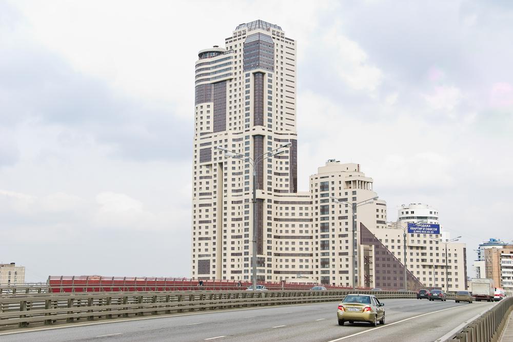 モスクワで最大級のコンチネンタル集合住宅には508戸あり、延床面積は15万平方メートル近くある。この集合住宅は、2015年までに60棟のマンションを建てる計画の「モスクワの環」プロジェクトの一環として建てられた。
