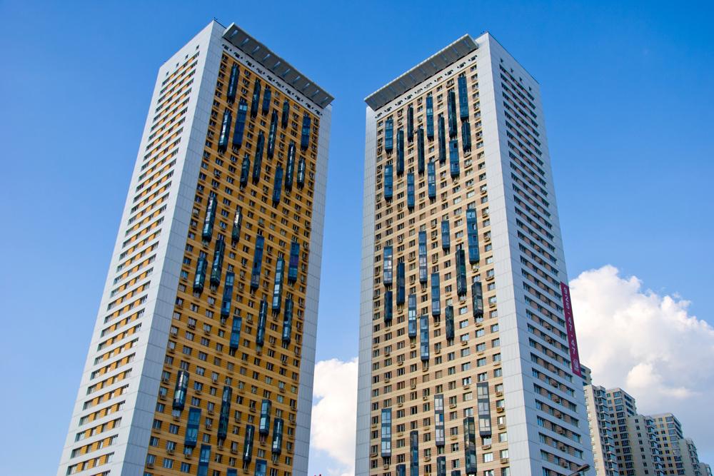 「ベゴヴァヤ通りの家」集合住宅は、38階建ての建物二棟と、6つの高さの異なる部分に分かれた巨大なビルからなり、合計1946戸ある。